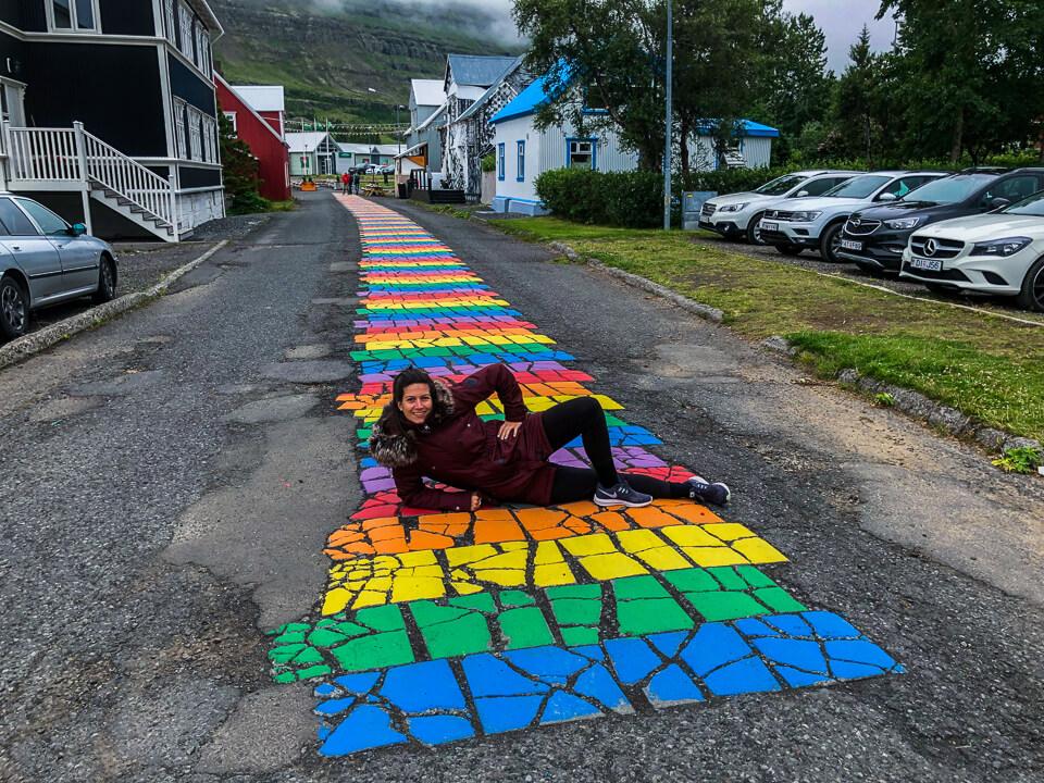 Regenbogen Straße in Seyðisfjörður